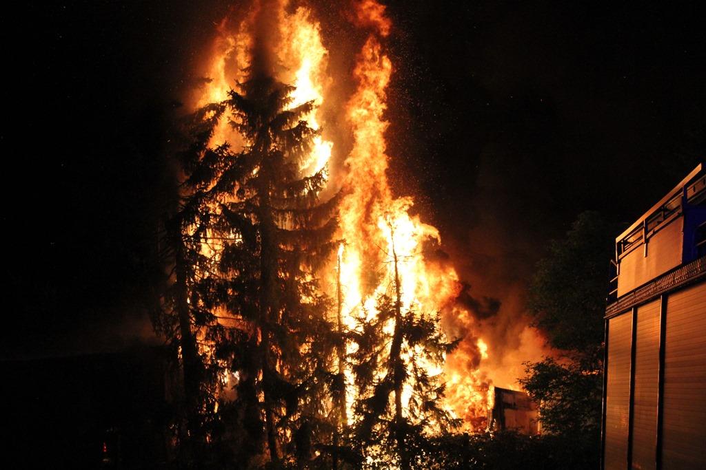 Mehrere PKW und LKW an unterschiedlichen Orten in Brand