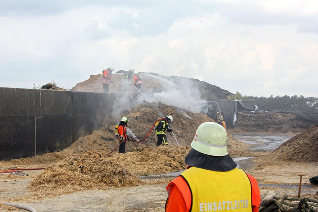 Brennende Futtersilage bei einem landwirtschaftlichen Betrieb