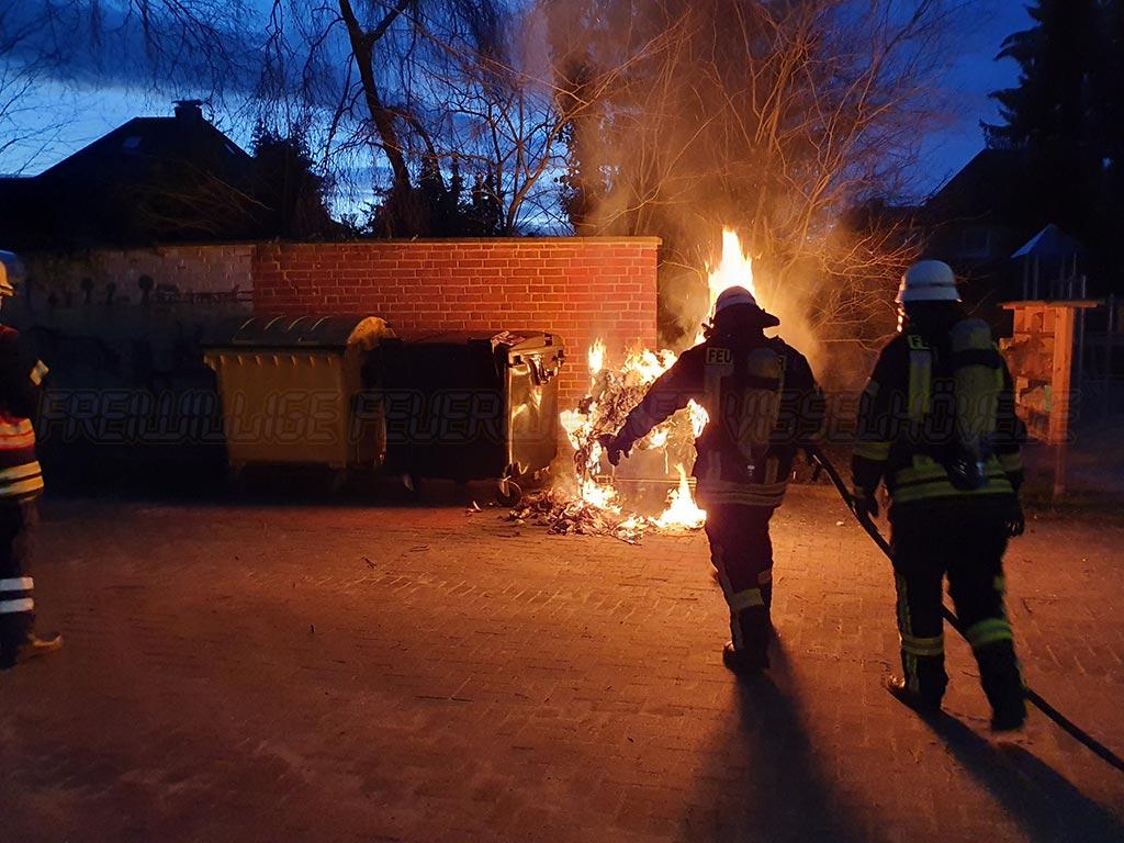 Brennt Müllcontainer mit Gefahr der Ausbreitung