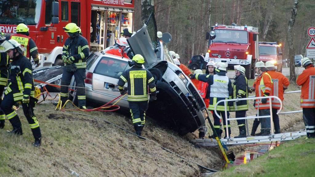 Beifahrerin stirbt bei Verkehrsunfall