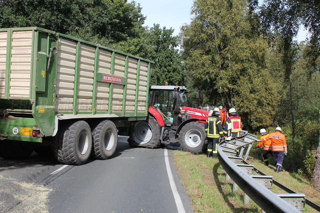 Traktorgespann verunfallt: Getriebeöl läuft aus