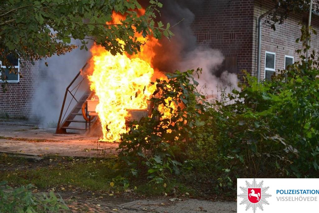 PKW brennt am Gebäude