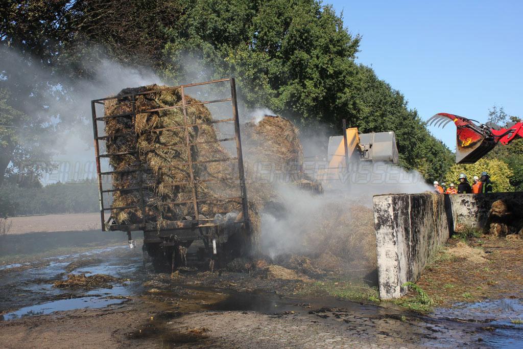 Heuanhänger geht in Flammen auf