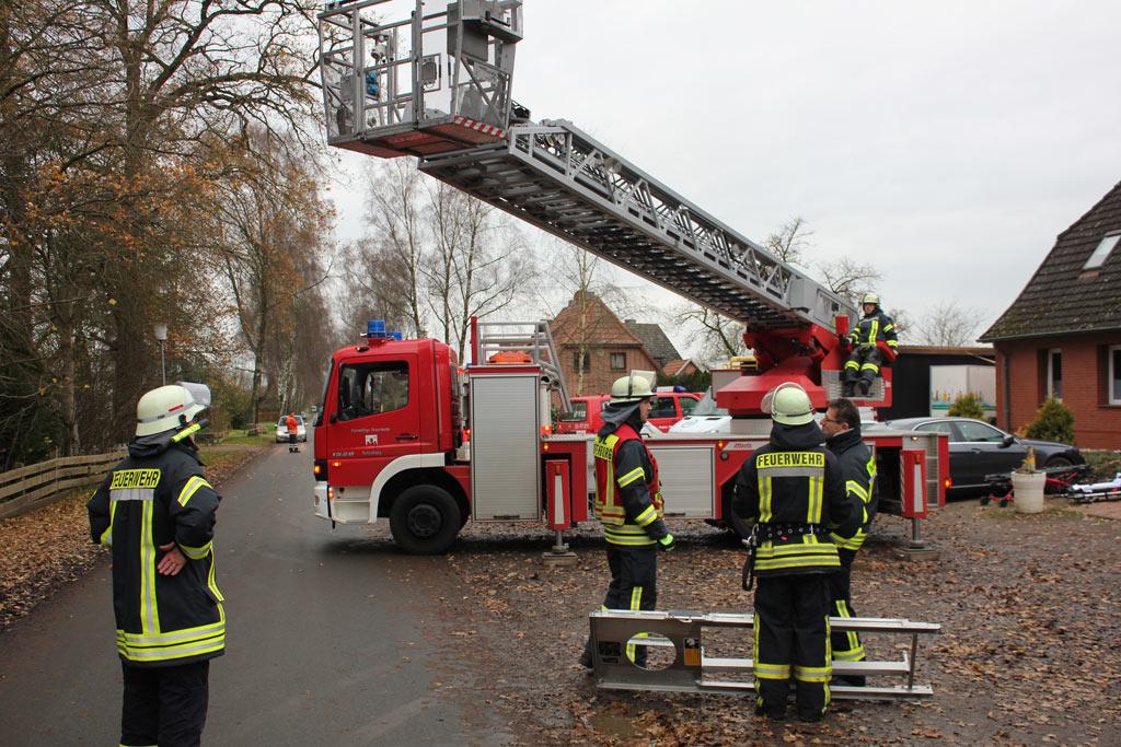 Drehleiter unterstützt Rettungsdienst in Schwitschen