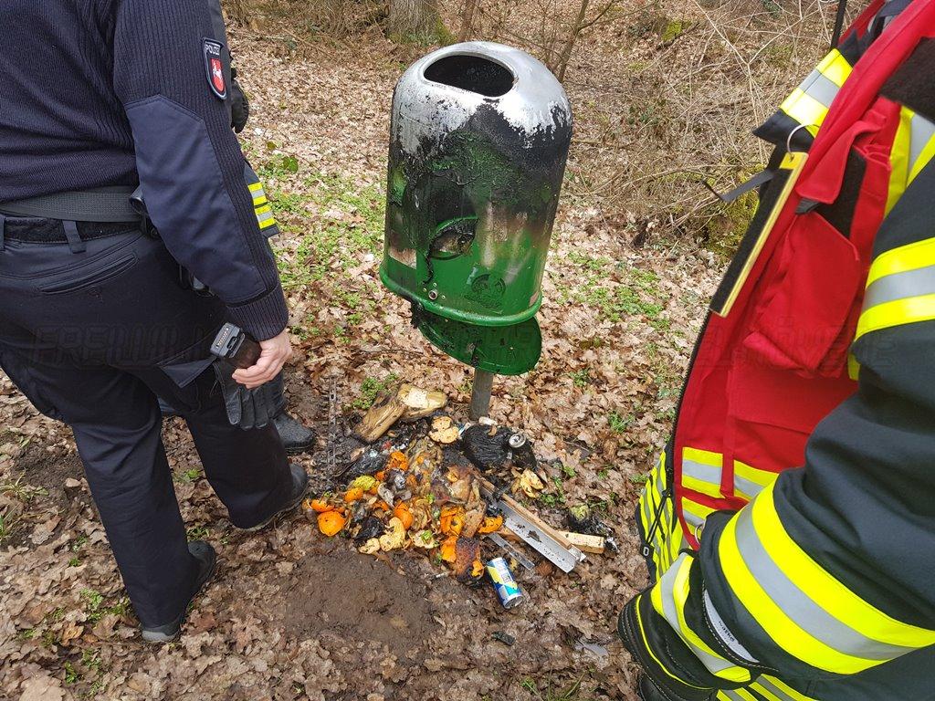 Mülltonne brennt am Waldweg