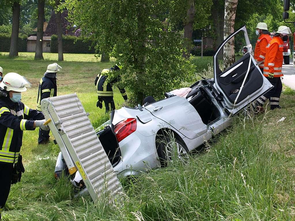 Read more about the article Eingeklemmtes Ehepaar mit Hund nach Verkehrsunfall befreit